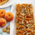 Aprikosen Tarte mit Ricotta und Rosmarin-Macadamia-Krokant