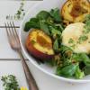 Salat mit karamellisierten Ofenpfirsichen, Ziegenkäse & Walnuss-Vinaigrette