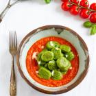 Grüne Basilikum Gnocchi mit Tomaten-Mozzarella-Sauce