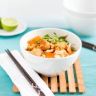 Gebratene Reisnudeln mit Huhn, Gemüse und Ei (Pad Thai)
