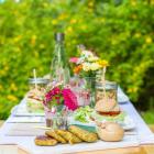 Veganes Sommermenü mit Griechischem Salat im Glas, Kichererbsen-Zucchini-Burger & Brownies mit Früchten
