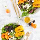 Salat mit Brombeeren, Aprikosen, Mais & Feta