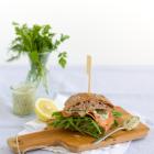 Ciabatta Sandwich mit Lachs & Joghurt-Kräuter-Ei-Sauce