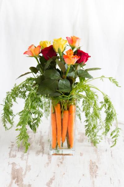 Oster Dekoidee: Blumenstrauß mit Karotten I Easter Centerpiece: Flowers & Carrots I haseimglueck.de