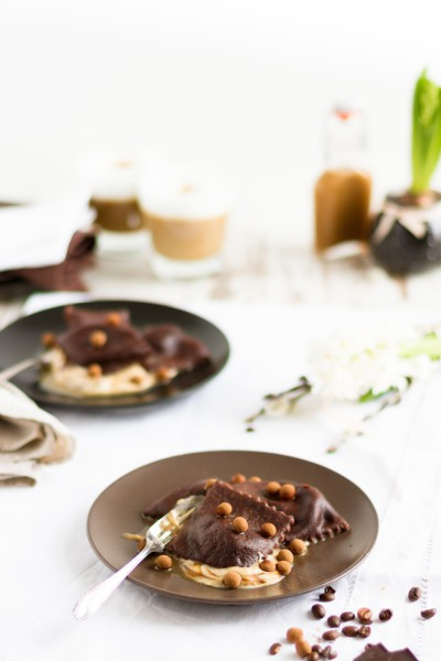 Schokoladen Ravioli mit Mascarpone Füllung, Karamell Mocca Sauce & Knusperbällchen I Chocolate Ravioli with Mascarpone Filling, Caramel Mocca Sauce & Crunchy Cookies I haseimglueck.de