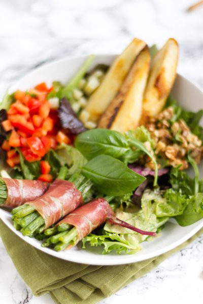 Salat mit Bohnen im Speckmantel & gebratener Birne I Salad with bacon covered beans & fried peach