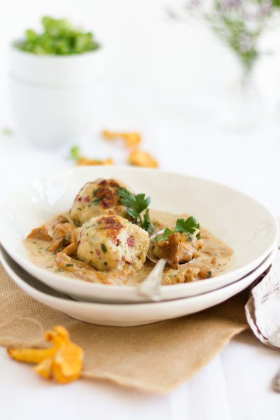 Semmelknödel mit Speck & Pfifferling-Rahm-Sauce I Bread Dumplings with Bacon & Chanterelles-Cream-Sauce