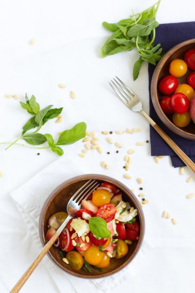 Salat mit Tomaten, Pfirsich, Ziegenkäse & Kräutern I Salad with Tomatoes, Peach, Goat's Cheese & Herbs