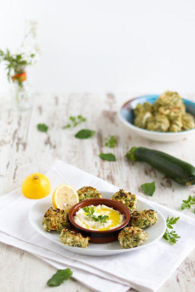 Zucchini-Feta-Taler mit einem Feta-Zitronen-Dip I Zucchini-Feta-Fritters with a Feta-Lemon-Dip